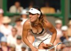 Tennis player chick expose her cleavage
