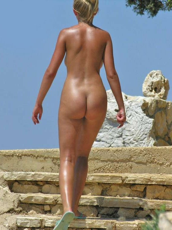 Nude blonde hottie caught from behind