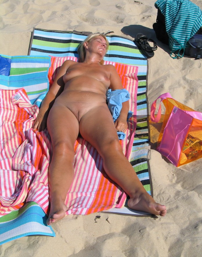 Voluptuous sleeping babe expose her delicious forms